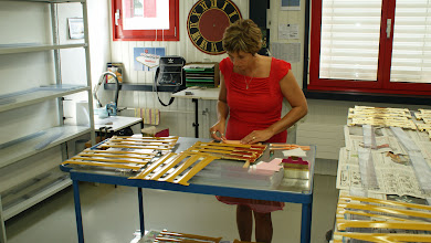 Photo: Frau Weber, Muff AG, beim Vergolden unserer Ziffern