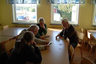 Photo: Falkenbergsgänget sorterar sin stora hög med QSL-kort