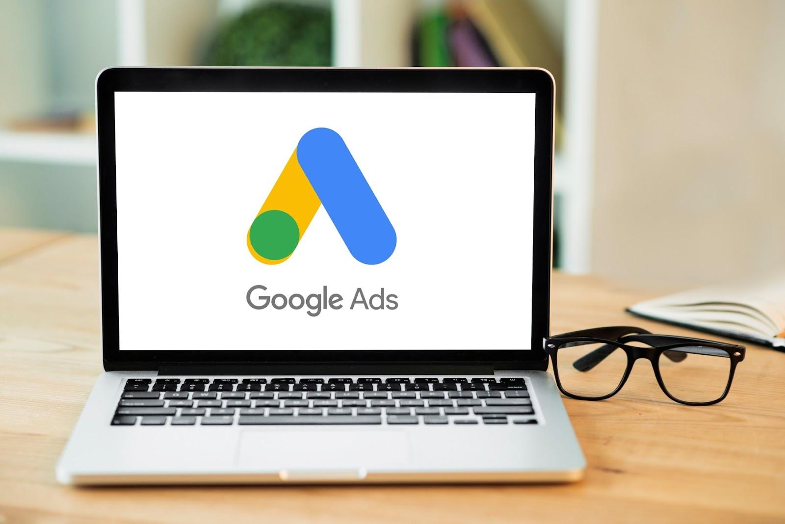 Por meio do Google Ads, você pode criar, editar e acompanhar links patrocinados, tudo isso com orçamento flexível (Foto: FreePik)