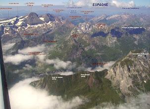 Photo: Vision aérienne à l'Est de Gavarnie sur la vallée du gave d'Ossoue dominée au premier plan à droite par le Soum Blanc de Secugnat 2577m
