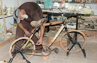 Photo: Bicicleta em cerâmica que vai ser oferecida ao Museu do Ciclismo