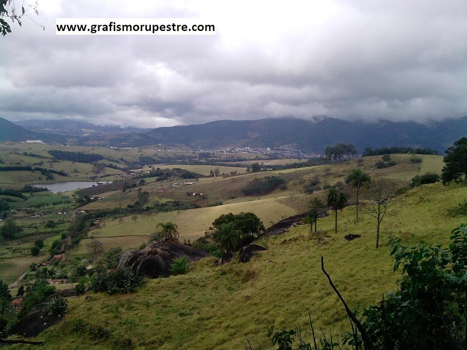Figura 3 – Visão a partir do Abrigo da Pedra do Índio para sudeste, com o imenso vale e Extrema ao Fundo (+- 8 Km em linha reta), Minas Gerais, Brasil. Fotografia: Jean Marie Polli, 2011.