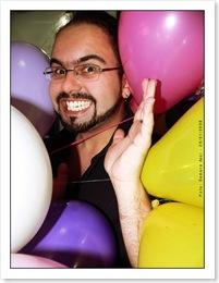 Eu no meio de balões de aniversário.