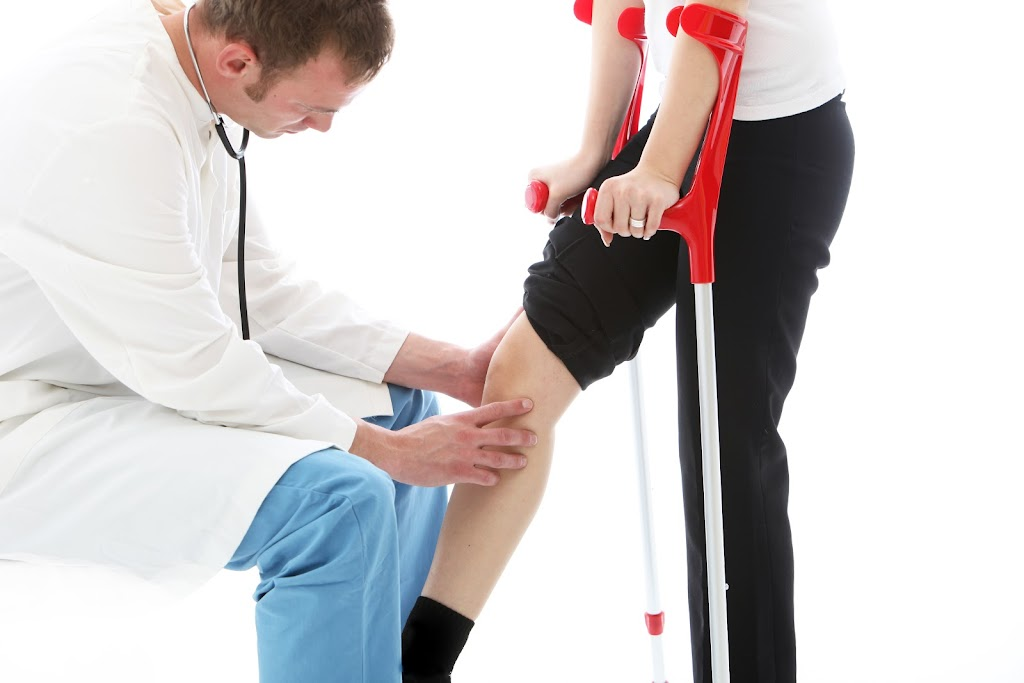 Doctor examines patient's knee