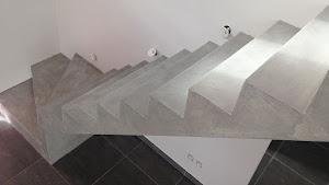 escalier en béton brut recouvert d'un béton ciré enduit décoratif pour recouvrement d'escalier