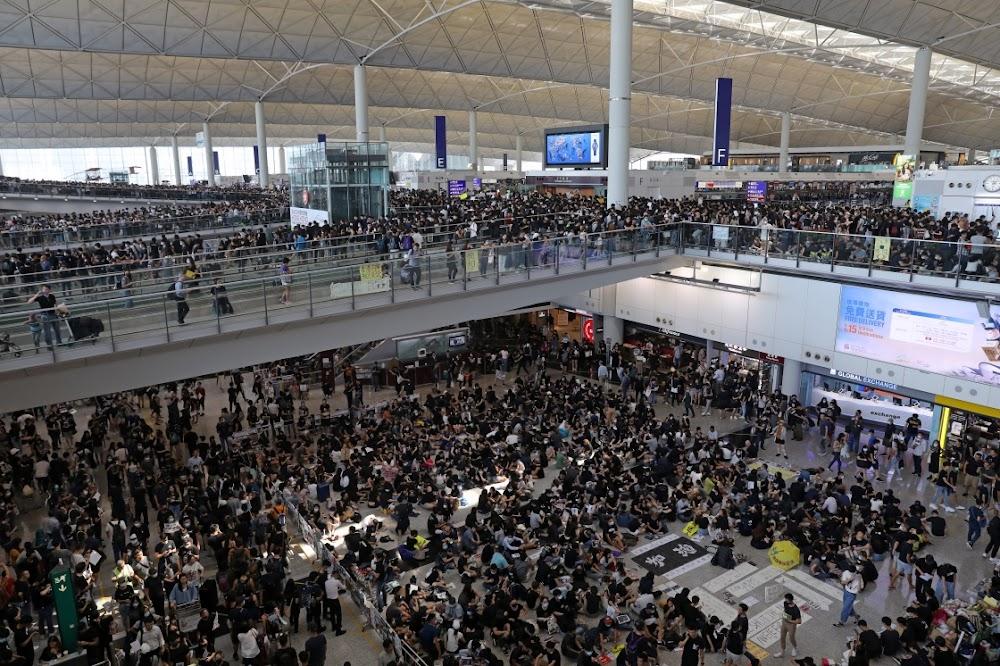 Al die Hong Kong-vlugte is gekanselleer nadat betogers die lughawe oorstroom