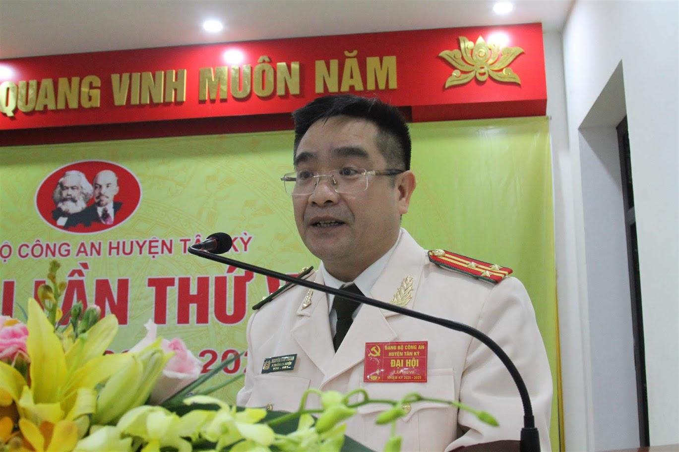 Thượng tá Nguyễn Văn Thành - Phó trưởng Công an huyện trình bày báo cáo chính trị, báo cáo kiểm điểm BCH