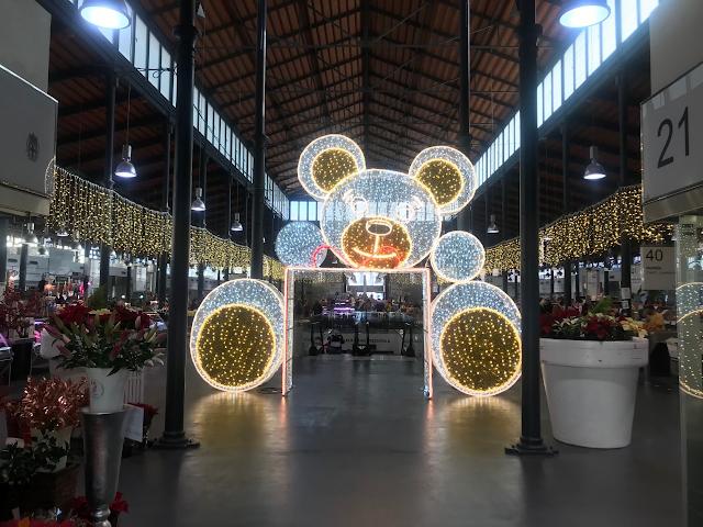 El Mercado Central es para obligada, más ahora con su iluminación navideña.