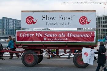 Pferdewagen mit Transparenten: «Slow Food» und«Lieber Vin Santo als Monsanto».