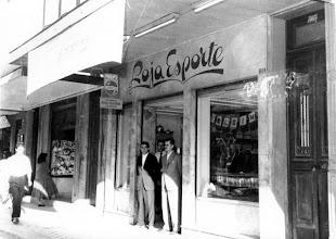 Photo: Loja Esporte, especializada em artigos esportivos. Localizava-se na Rua do Imperador. Foto sem data