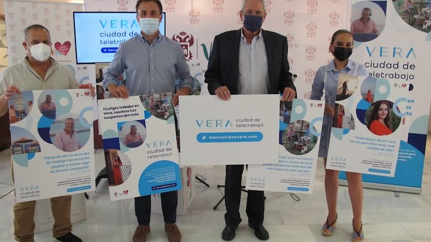 Autoridades junto a los teletrabajadores seleccionados en la campaña.