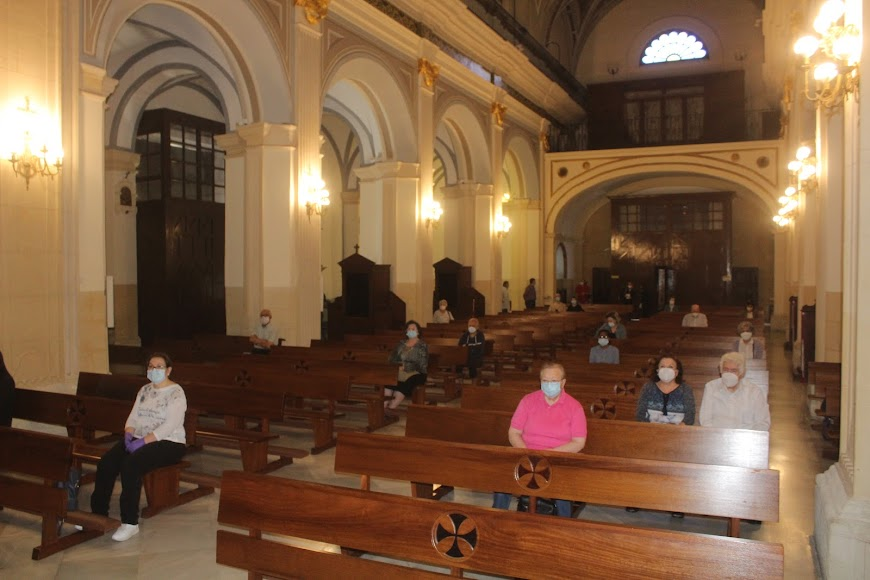 Almerienses durante la celebración eucarística en la Iglesia de San Sebastián.