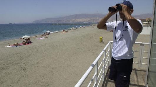 """Andalucía busca 3.000 desempleados para trabajar como """"auxiliares de playa"""""""