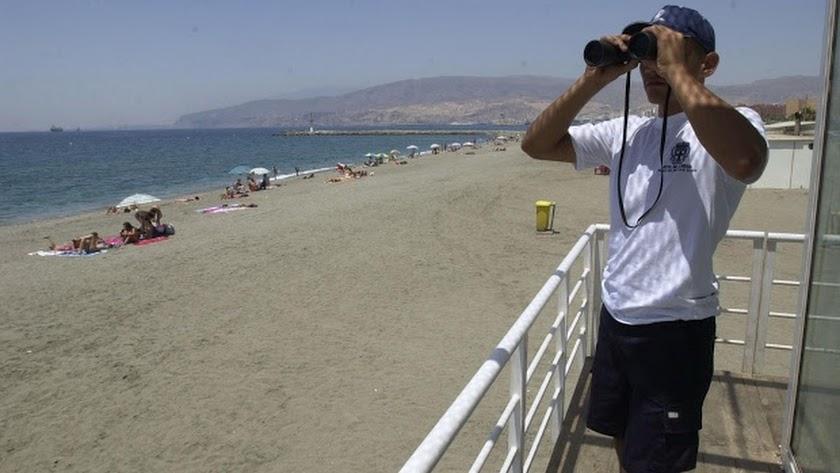 Un vigilante \'oficial\', en la playa de Almería.