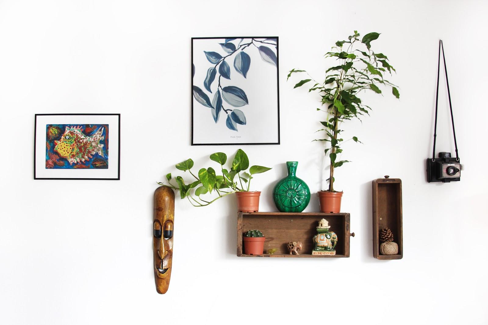 Vários quadros e objetos de decoração na parede.