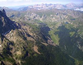 Photo: Vallée du gave de Bious entre le pic du Midi d'Ossau à gauche et les lacs d'Ayous à droite.