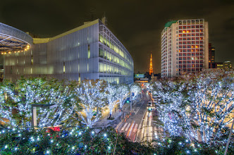 Photo: Christmas lights on a path pointing toward the Tokyo Tower near Roppongi Hills