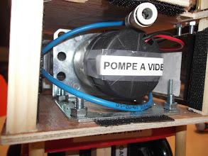 Photo: La pompe à vide gonflant le ballon