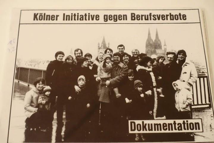 Ausstellungsbild: «Kölner Initiative gegen Berufsverbote. Dokumentation», Gruppenfoto, Kinder und Eltern vor Dom und Gereonskirche.