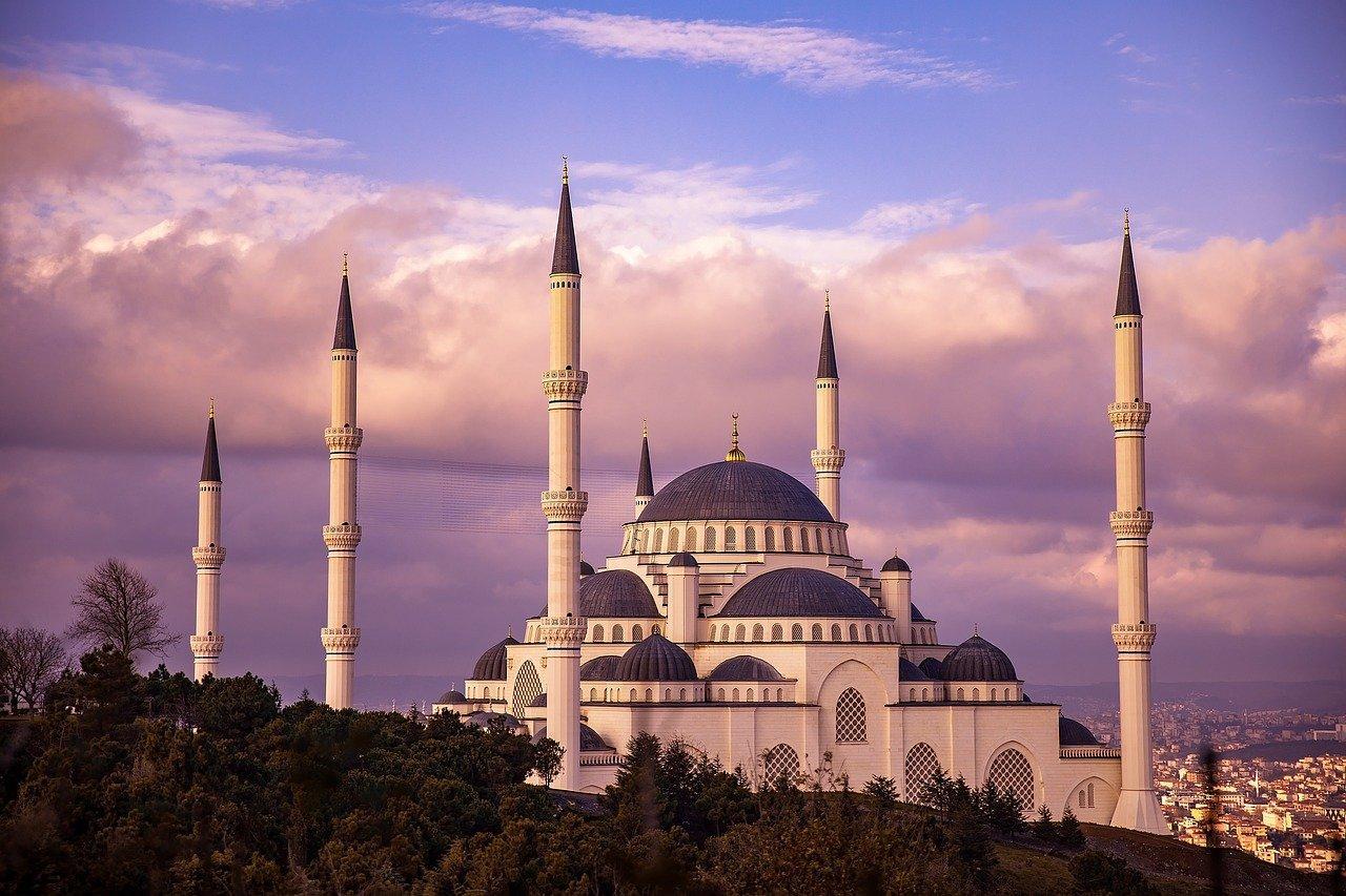 Obraz zawierający zewnętrzne, meczet, budynek, jasne  Opis wygenerowany automatycznie