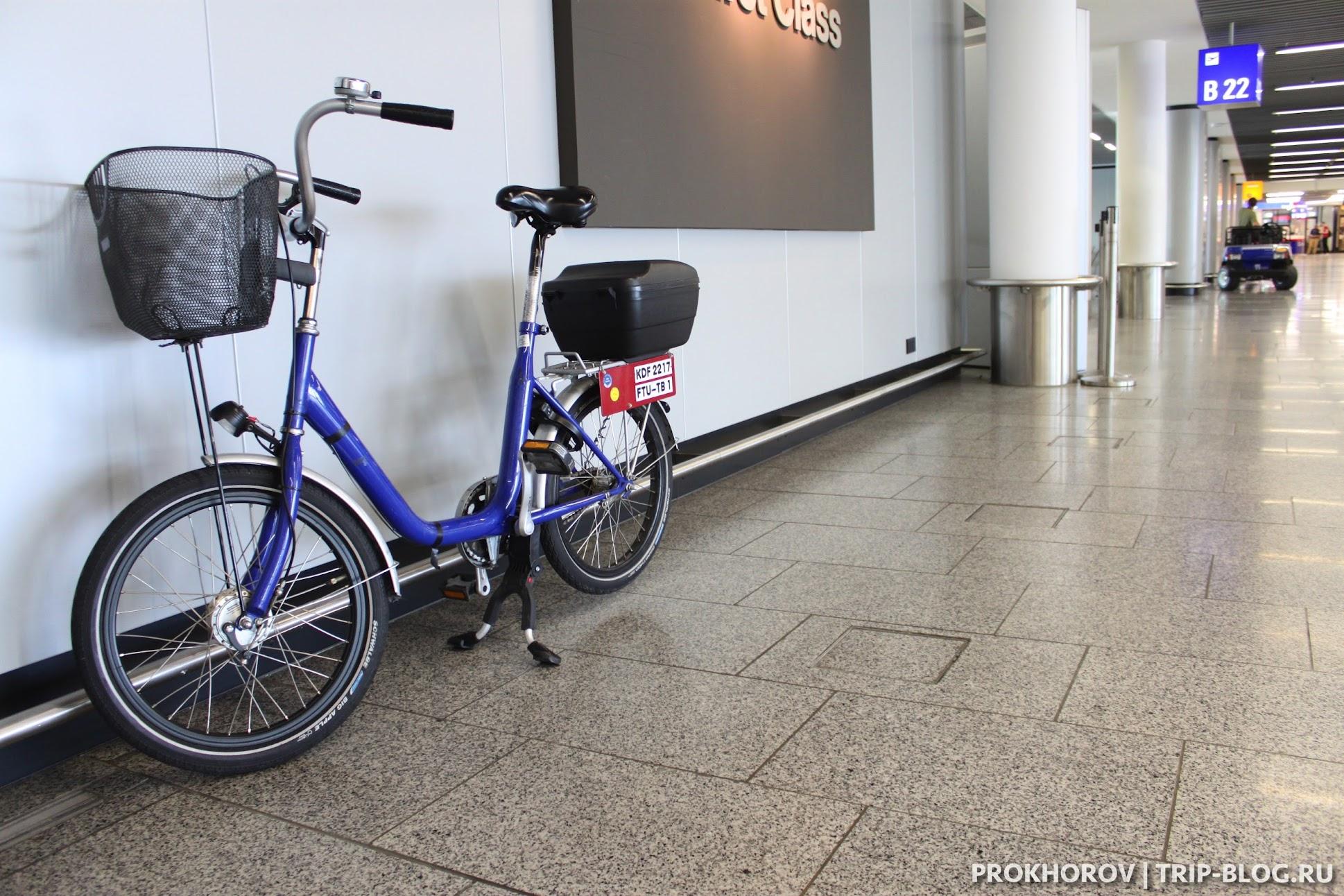 персонал на велосипедах в аэропорту Франкфурта
