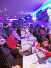 Photo: Photo de l'autre bout de la table avec à droite Brigitte, et debout à gauche Daniel en train de prendre une photo.