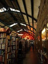 """Photo: Hoy viajamos a Alnwick, a Barter Books. Concebida en una pequeña habitación, en 1991, en una estación victoriana magnífica, pronto comenzaría a expandirse la idea hasta llegar a ser lo que hoy se conoce como """"La Biblioteca Británica de librerías de segunda mano"""". Si nos acercamos a esta estación hoy convertida en librería, encontraremos libros, miles de títulos repartidos entre estancias con chimeneas, murales inmensos de más de 40 metros de altura, un restaurante, techos de cristal y, como no puede ser menos en una estación, ferrocarriles. Aunque los de Barter Books van sobre nuestras cabezas y circulan de columna en columna, compitiendo en velocidad con nuestros ojos lectores que siguen los fragmentos de poemas también colgados. Os diré, como anécdota, que fue en una caja comprada por la pareja propietaria de esta librería, que se redescubrió el conocido cartel """"Keep Calm and Carry On"""" que colgaron en una de sus paredes y cuyo éxito entre los clientes provocó que comenzaran a vender copias. Fotografías: http://www.barterbooks.co.uk/index.php Historia """"Keep Clam and Carry On"""": https://www.youtube.com/watch?v=FrHkKXFRbCI"""