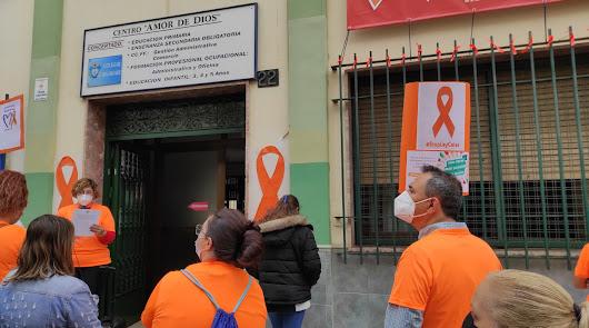 Lazos naranjas y distancia de seguridad: Almería protesta contra la 'Ley Celáa'