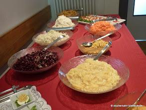 Photo: Ein kleines Salatbuffet rundet ab.