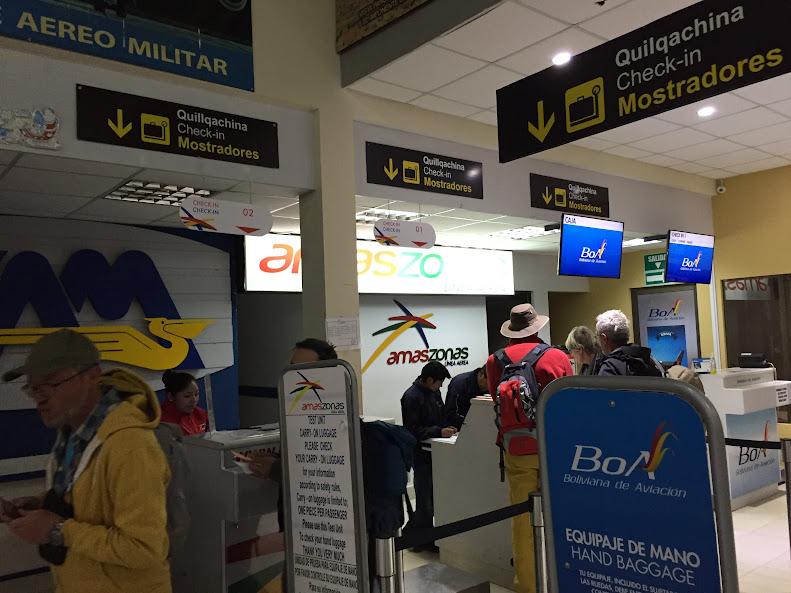 ウユニ空港のチェックインカウンター