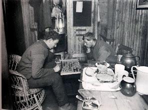 """Photo: """" Hussey y Hurley ( turno de guardia de noche ) se distraen con una amistosa partida  de ajedrez """""""