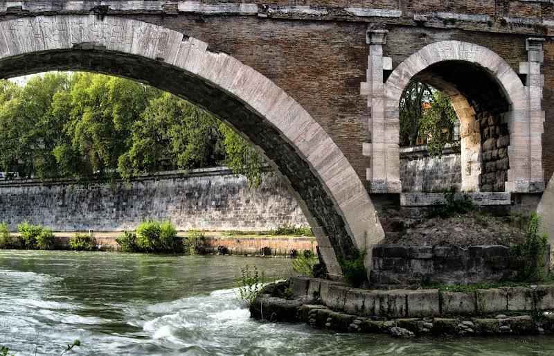 Attraverso....Ponte Fabricius (Roma) di DanteS