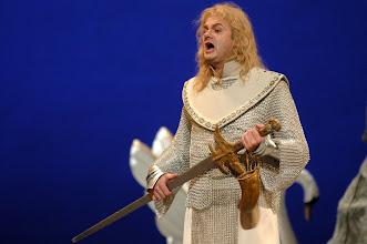Photo: 17/11/04 Theatro Municipal - Ensaio geral da Ópera Lohengrin, de Wagner. Detalhe do tenor que encarna Lohengrin, Leonid Zachozhaev, que começou cantando em uma banda de ROCK.
