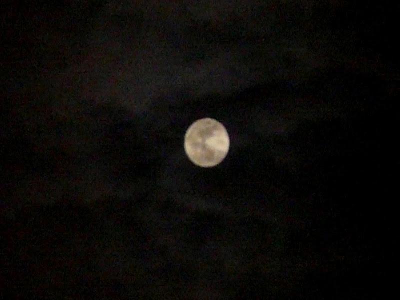 moon with clouds di Mario Romano