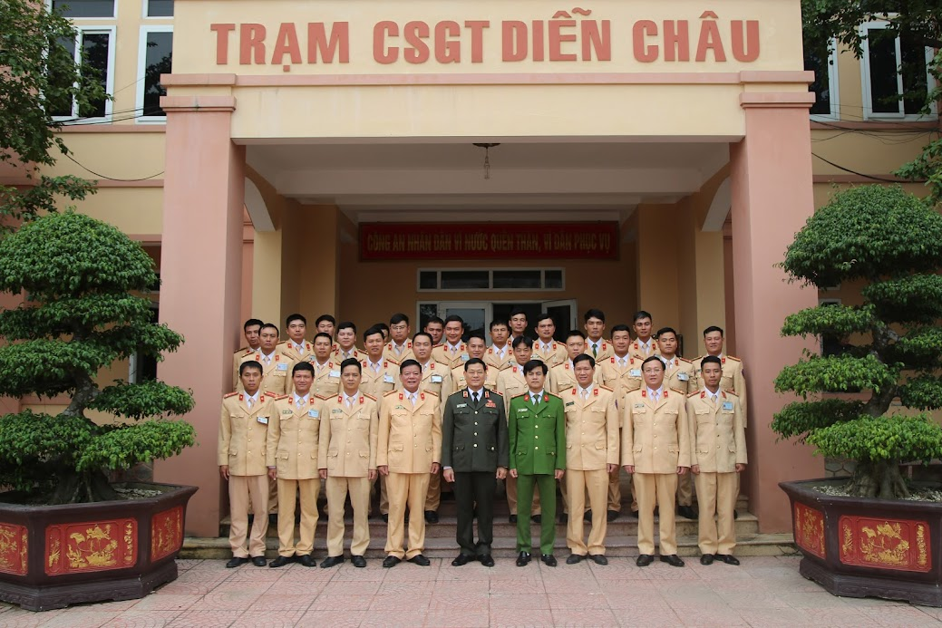 Lãnh đạo Công an tỉnh chụp ảnh lưu niệm cùng CBCS Trạm CSGT Diễn Châu