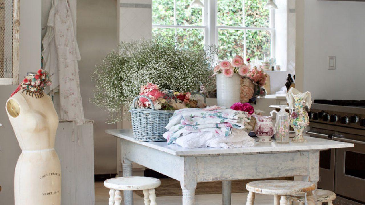 Rumah milik Rachel Ashwell yang dipenuhi dengan bunga segar sebagai dekorasi - source: romantichomes.com