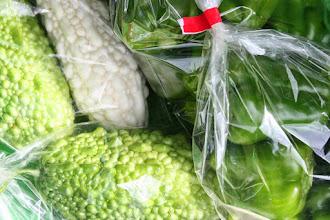 Photo: 岡田農園さんのピーマン、甘長、ゴーヤ。夏野菜のお祭りのようでした。