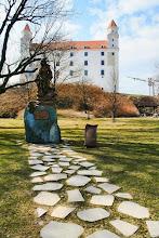 Photo: Szent Erzsébet szobra és a pozsonyi vár