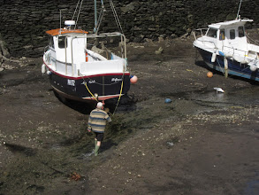 Photo: ... people walk to their boats ...
