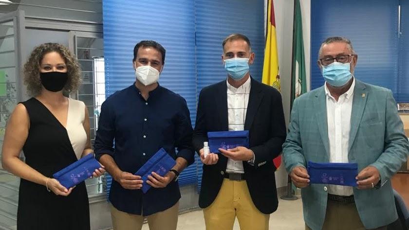 El delegado de Educación, Antonio Jiménez Rosales, junto al alcalde de Albox, Francisco Torrecillas, y los directores de los centros educativos.