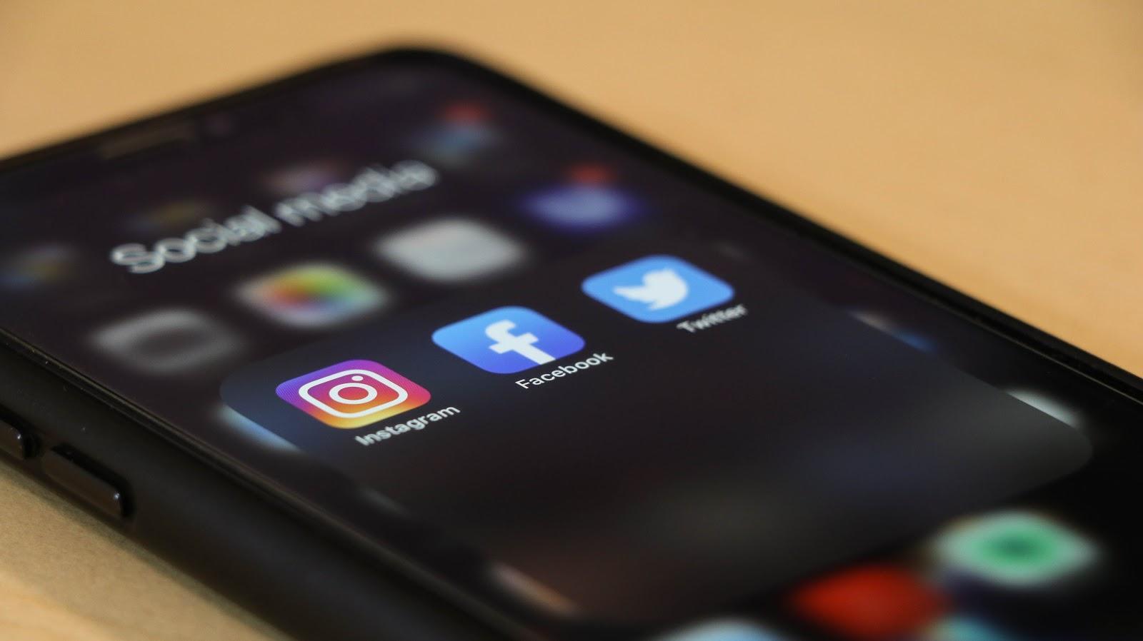 Telefoon met social media apps open