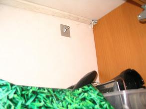 Photo: El soporte central, sólo tiene un tornillo, no se le pone el protector, porque así lo aprovecharán para colgar algo, pues está dentro de uno de los armarios de la cocina.