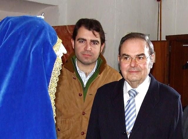 Antonio Joaquín Dubé de Luque y su hijo, Antonio Joaquín Dubé Herdugo, en el sagrario de la Catedral de Almería.