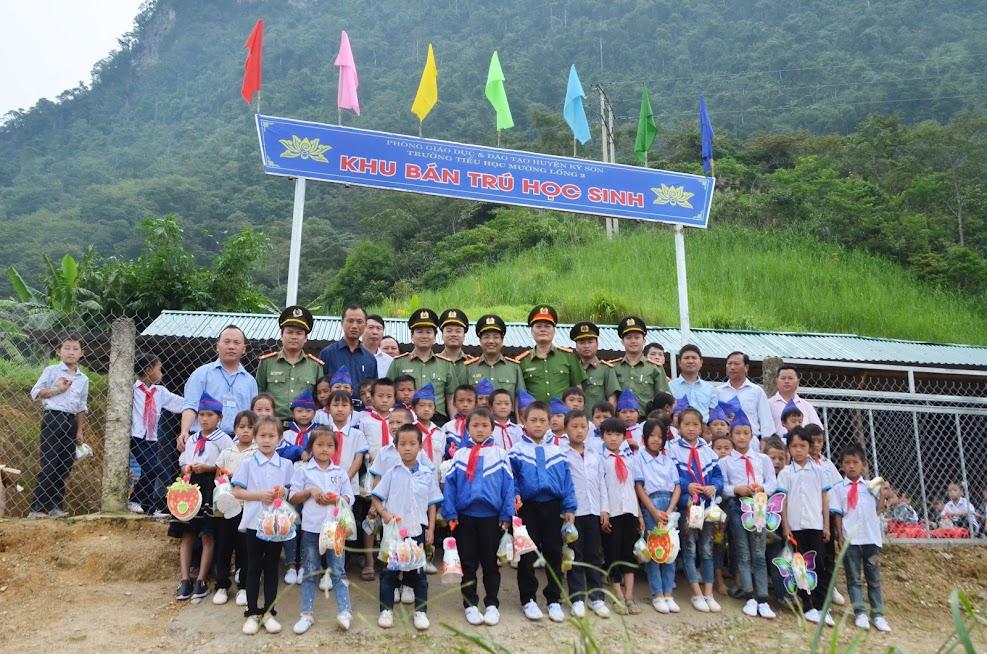 Đoàn công tác chụp ảnh lưu niệm cùng giáo viên và học sinh tại trường tiểu học Mường Lống 2.