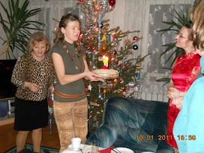 Photo: 10. 01. 2011 roku -  Monika serwuje siostry  tort z  31 latami