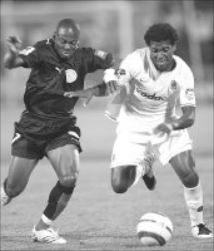 TERRIERS: Kaizer Chief's Mabhuti Khenyeza battles for the ball with Ajax Cape Town's Eyong Enoh in their Premier Soccer League match at Loftus Versfeld in Pretoria on Saturday night. Pic. Sydney Mahlangu. 22/09/07. © Backpagepix.