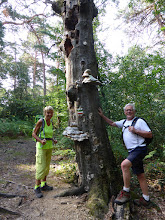 Photo: Jacqueline et Alain à côté d'un arbre