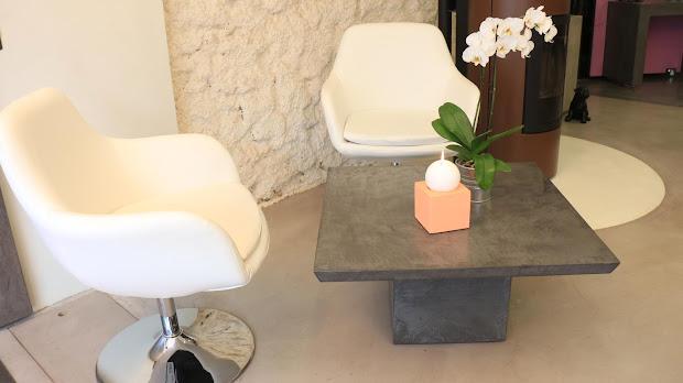 Présentation du mobilier sur-mesure réalisé en béton ciré