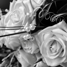 Black and white bouquet by Carol Henson - Wedding Details ( bouquet, detail, black and white, wedding, fleurs, monotone, flower )