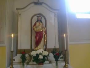 Photo: Jobb oldali mellékoltár Jézus Isteni Szíve színes szobrával.